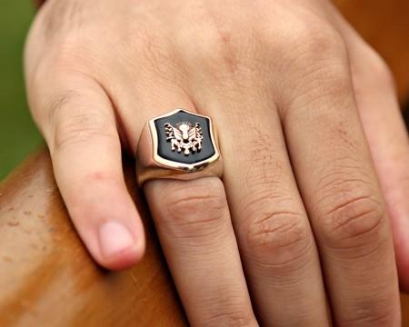 - 925 Ayar Gümüş Arma Desenli Oniks Taşlı Yüzük